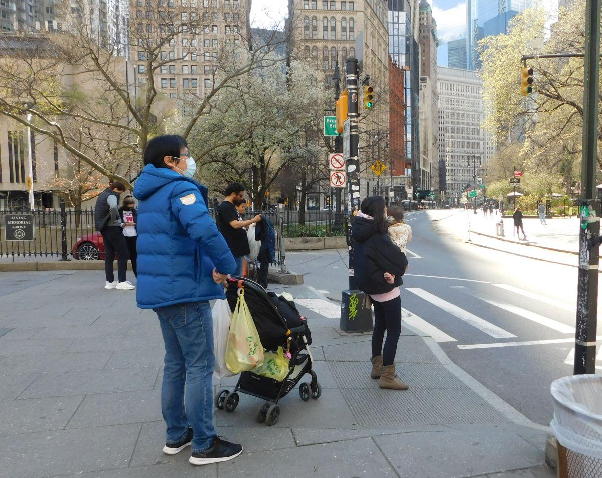Hay familias que siguen saliendo al súper y caminar en Manhattan.