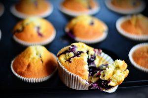 Antojos saludables: Irresistibles muffins de yogurt con moras