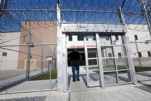 Juez concede victoria a más de medio centenar de inmigrantes en centro de detención de ICE