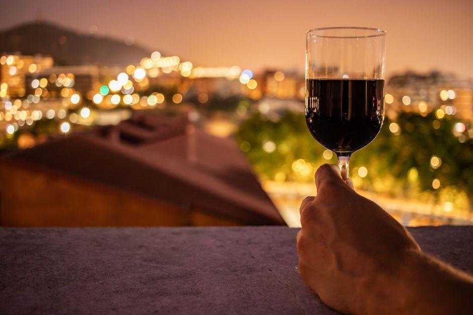 ¿Por qué debes evitar beber alcohol durante la cuarentena?