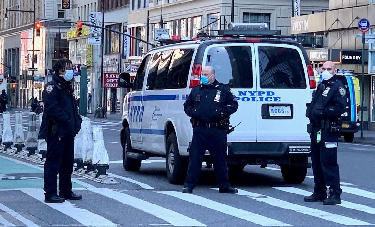 Los policías vigilan calles casi desiertas debido a la orden de quedarse en casa.