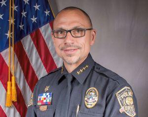Suspenden a un jefe de policía de Florida por decir que la muerte de un agente por coronavirus fue por ser gay