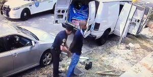El médico negro que fue arrestado afuera de su casa espera una disculpa de la policía