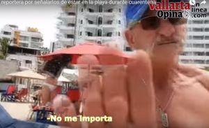"""VIDEO: Turista 'gringo' agrede a periodista en Puerto Vallarta que reporta desobediencia a cuarentena por coronavirus: """"Fu** off!"""""""