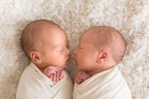 Mujer de 68 años da a luz por primera vez y a gemelos