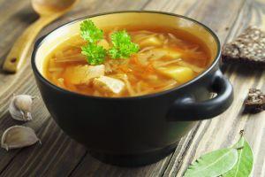 Todo lo que necesitas en un solo plato: sopa casera de fideos con pollo