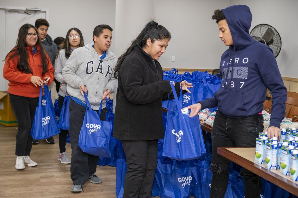 Goya dona más de 200,000 libras de alimentos y mascarillas durante la pandemia de COVID-19