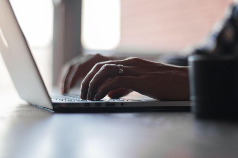 6 accesorios por menos de $50 para trabajar de forma cómoda con tu laptop en casa