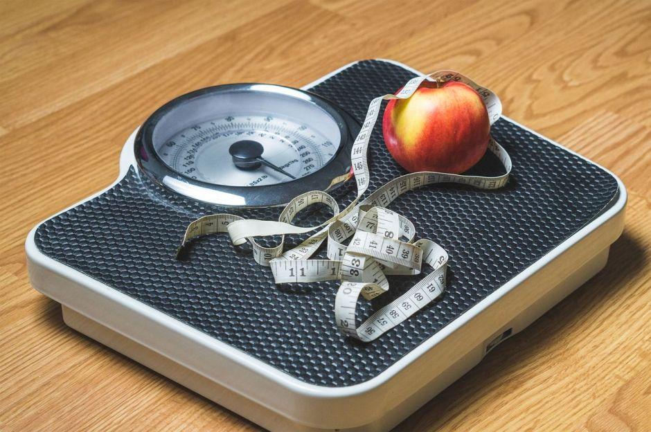 Algo que haces y es muy común te hace subir de peso, hasta 1 kilo por semana
