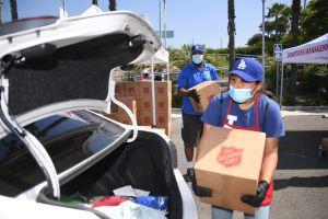 Dodgers de Los Ángeles y Salvation Army donan 40,000 comidas a familias afectadas por el COVID-19