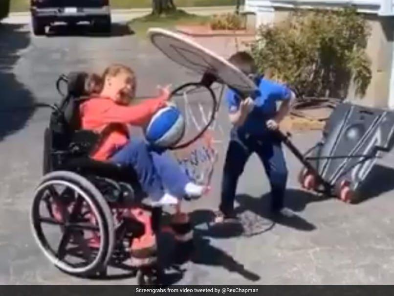 Niño ayuda a su hermana con parálisis a jugar a basket, lo mejor que verás hoy