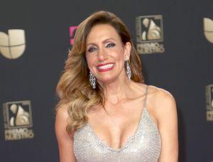 Jomari Goyso, el crítico de Univision, vestido con una toalla le lanza un atrevido reto a Lili Estefan