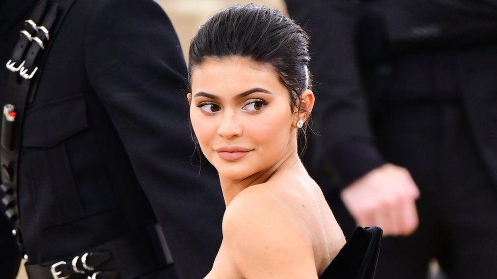 La foto más sensual de Kylie Jenner: olvidó el brasier y así cubrió sus encantos