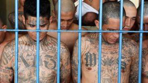 """Bukele y las maras: la masacre de Mariona, la """"batalla campal"""" que llevó a El Salvador a segregar a las pandillas por cárceles"""