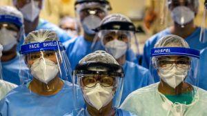 """""""¿Seré yo el próximo que se muere?"""": el dramático testimonio de 3 médicos latinoamericanos que se infectaron de coronavirus"""