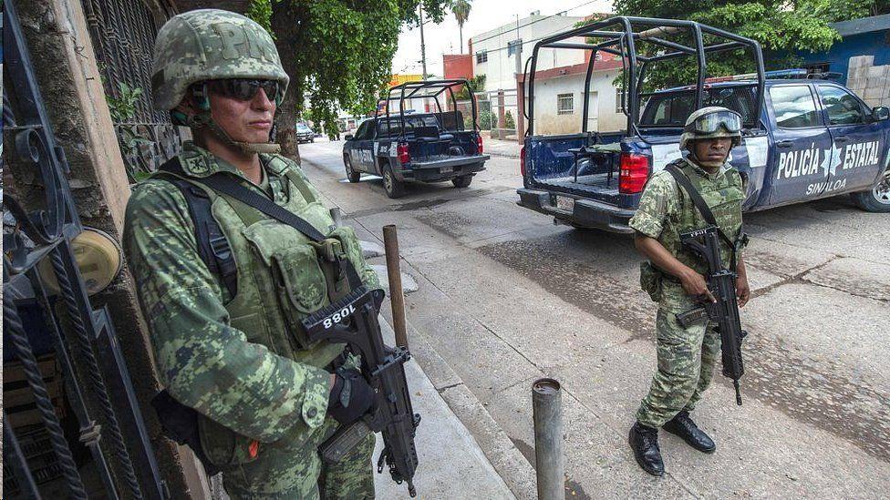 """Por qué AMLO pasó del """"abrazos, no balazos"""" a ordenar el despliegue del Ejército en las calles"""