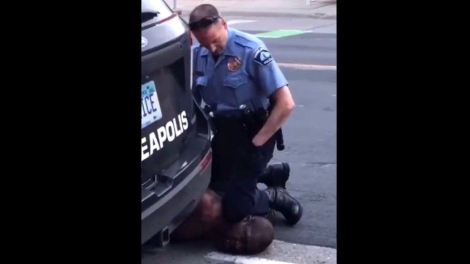 George Floyd: la indignación por la muerte de un afroamericano después de que se viera a un policía arrodillándose en su cuello