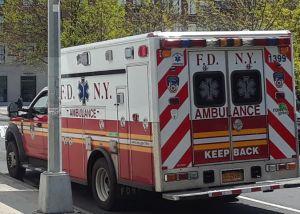 Auto robado causa múltiple choque con autobús MTA: 14 heridos en Nueva York