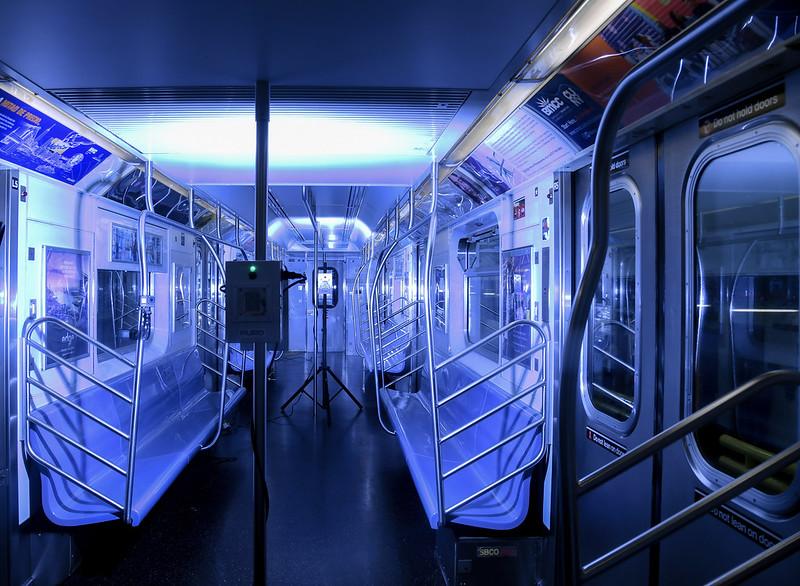 Con luces ultravioleta esperan desinfectar de virus el Metro de Nueva York; otros negocios quieren usar la misma tecnología