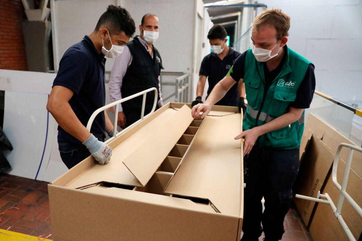 Las camas de hospital que se convierten en ataúdes en Colombia