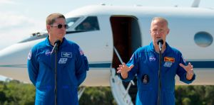 Astronautas de NASA llegan a Florida a pocos días del histórico lanzamiento a la Estación Espacial