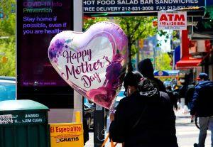Fue a un servicio religioso por el Día de la Madre. Pero tenía coronavirus y expuso a 180 personas