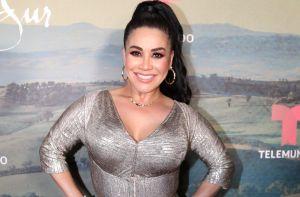 Carolina Sandoval aparece por Telemundo vestida con una bolsa de basura