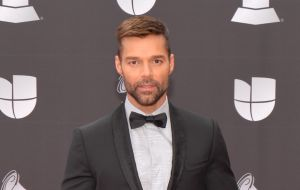 Los hijos de Ricky Martin se graduaron en plena cuarentena, usando tapabocas, togas y birretes