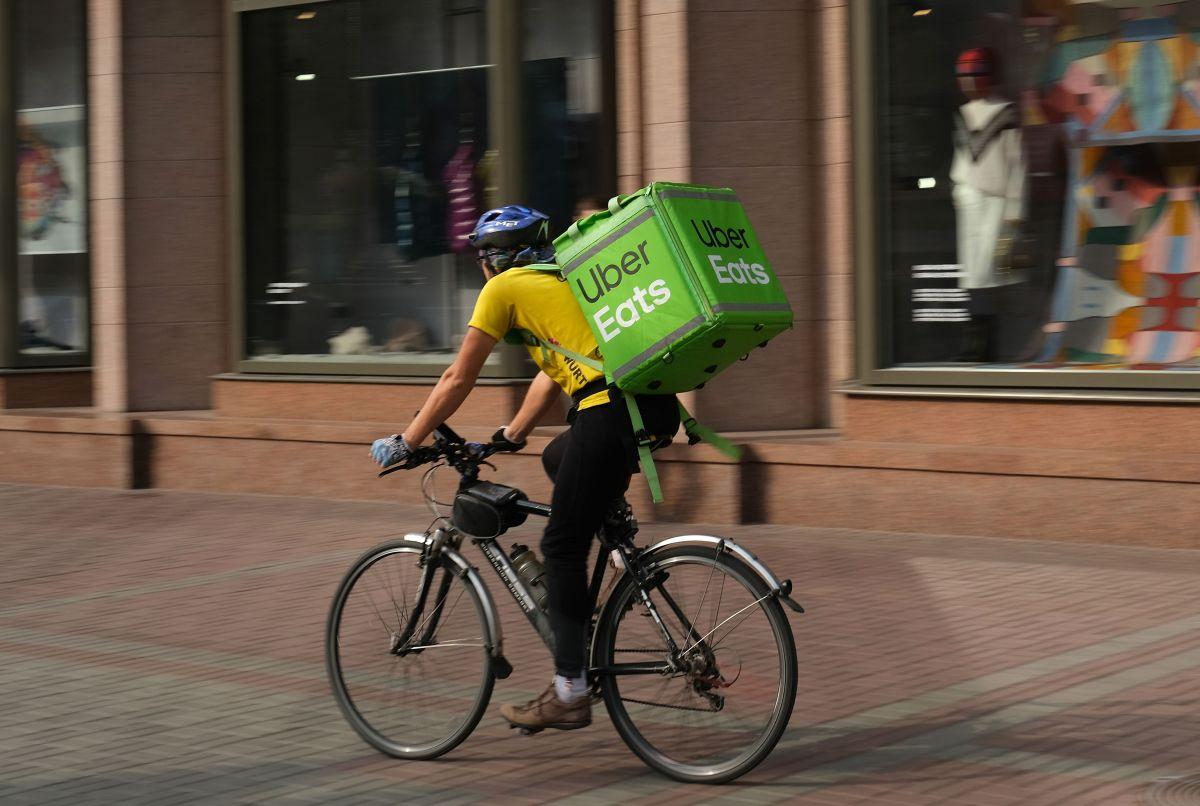 Salario: un repartidor de Uber Eats gana en promedio $3.50 por cada entrega