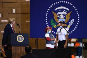 Dueños de restaurante mexicano dicen a Trump que los latinos votarán por él