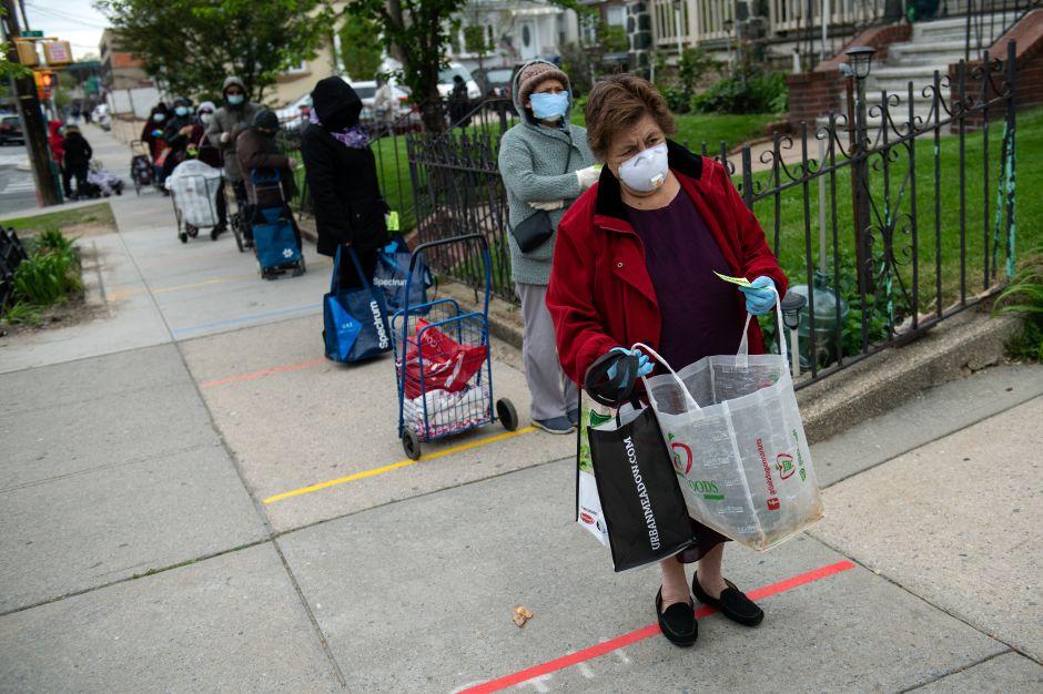 Hambre en Queens: filas de hasta 8 cuadras para buscar comida gratis