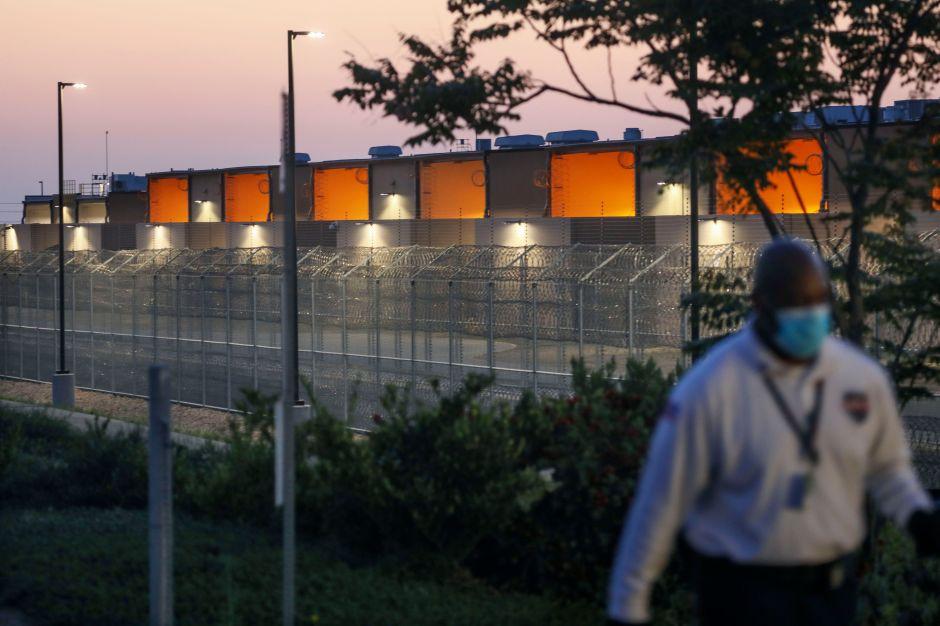 Inmigrantes en centro de detención de Arizona inician huelga de hambre por condiciones precarias