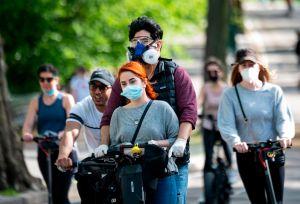 """Cuomo advierte """"no subestimar"""" al coronavirus, pero en Nueva York cientos olvidan la distancia social"""