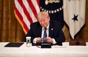 Trump presume tarjeta de débito a su nombre para estímulo por coronavirus