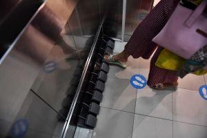 Un centro comercial en Tailandia implementa una forma novedosa de utilizar un elevador y evitar la propagación del coronavirus