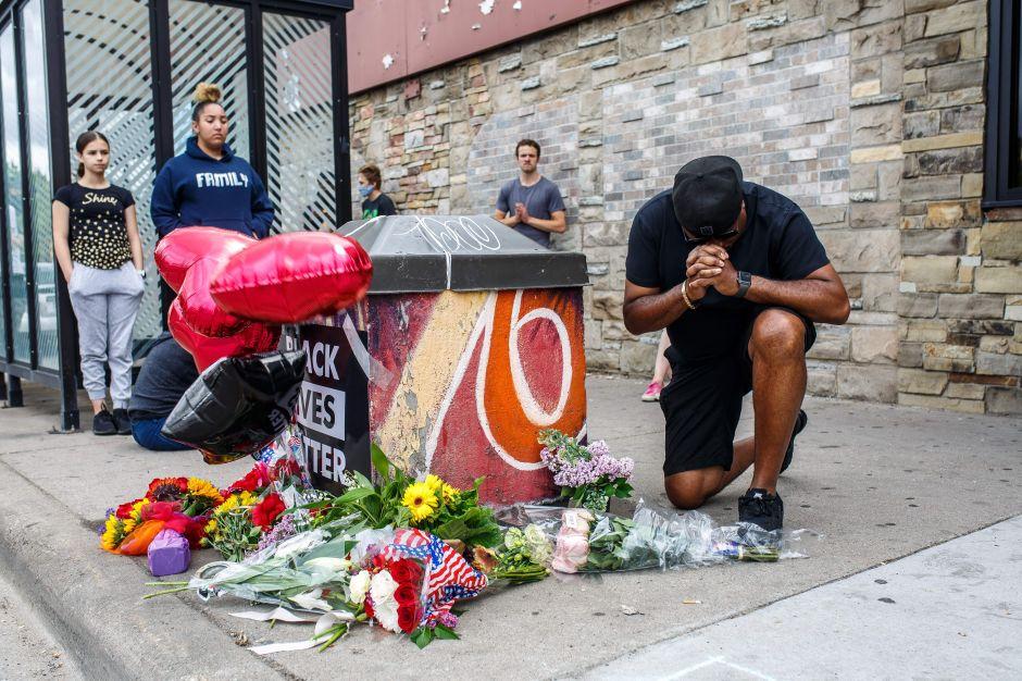 Nuevo caso de brutalidad policial: Afroamericano murió después de que un policía se arrodilló en su cuello en Minneapolis