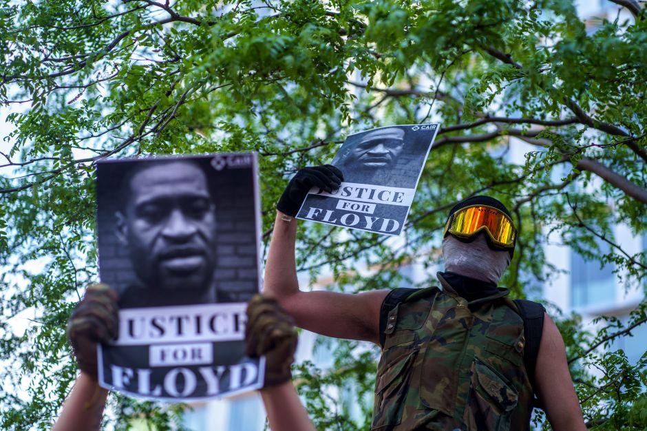 Nuevo video muestra a policías golpeando a Floyd en la patrulla antes de provocar su muerte