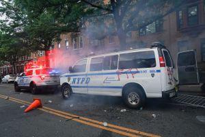 Día de horror para NYPD: policías golpeados hasta sangrar y queman una patrulla en West Village