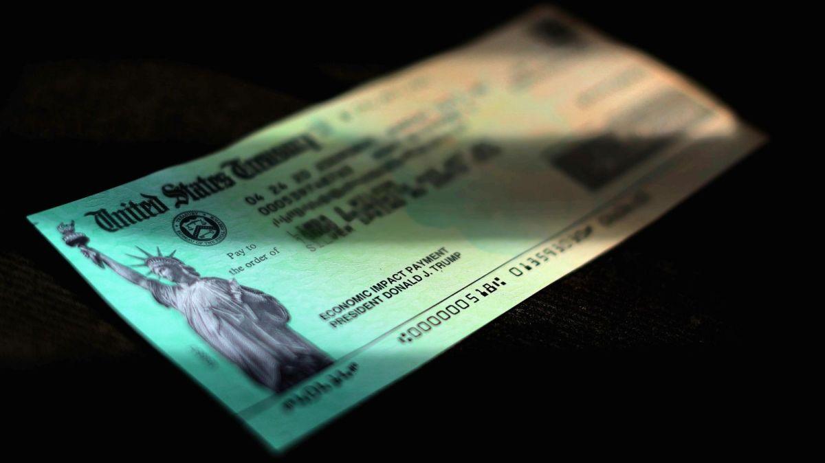 IRS explica cómo reclamar el cheque de estímulo de $1,200 si no lo has recibido aún