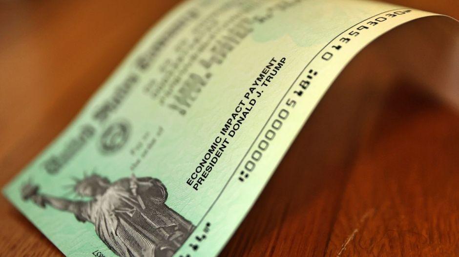 Donan su cheque de estímulo económico para ayudar a inmigrantes indocumentados