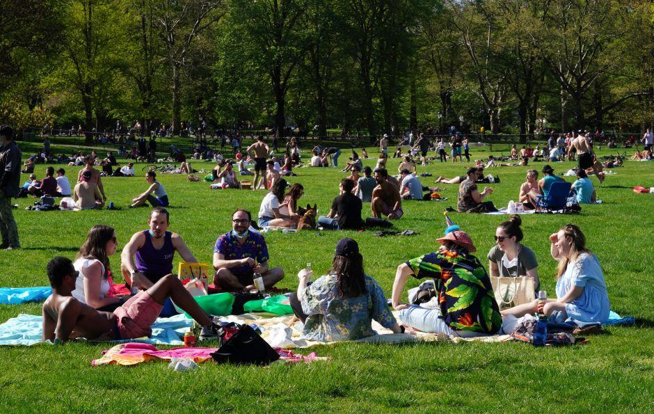 Miles abarrotan el Central Park de Nueva York pese a medidas de confinamiento