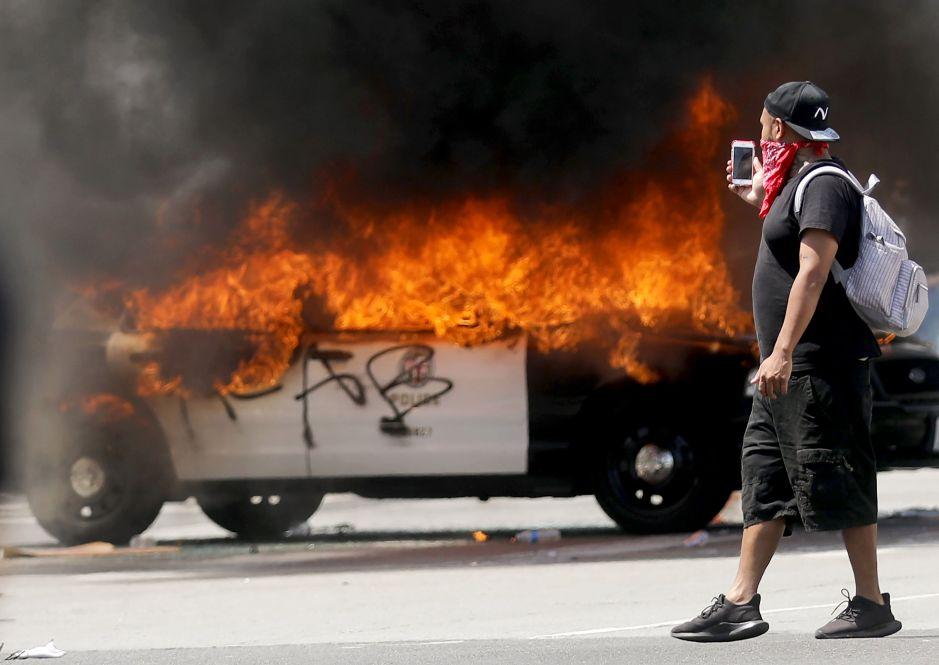 Violentos disturbios durante una marcha en Los Ángeles, en protesta por la muerte de George Floyd