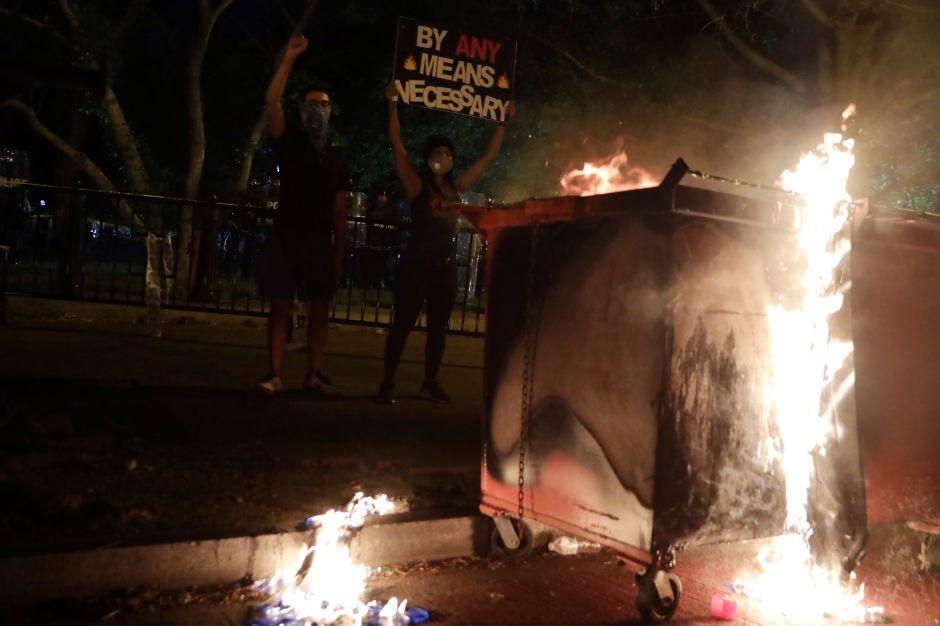 Más de 30 ciudades de Estados Unidos viven noche de fuego y furia por muerte de George Floyd
