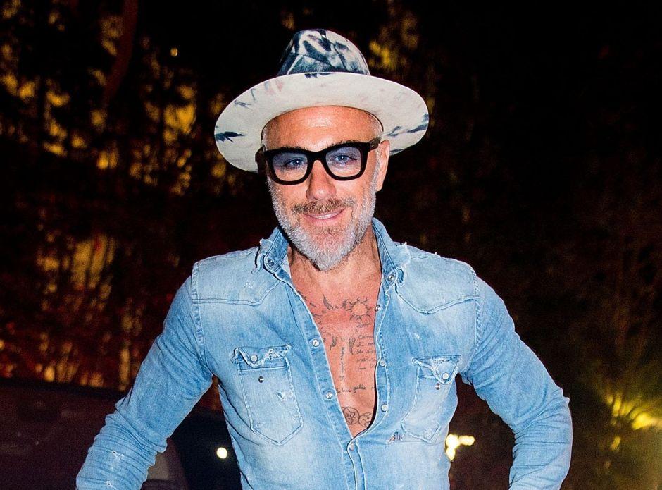 """Gianluca Vacchi se desnuda para los famosos """"Friends"""" de la televisión"""