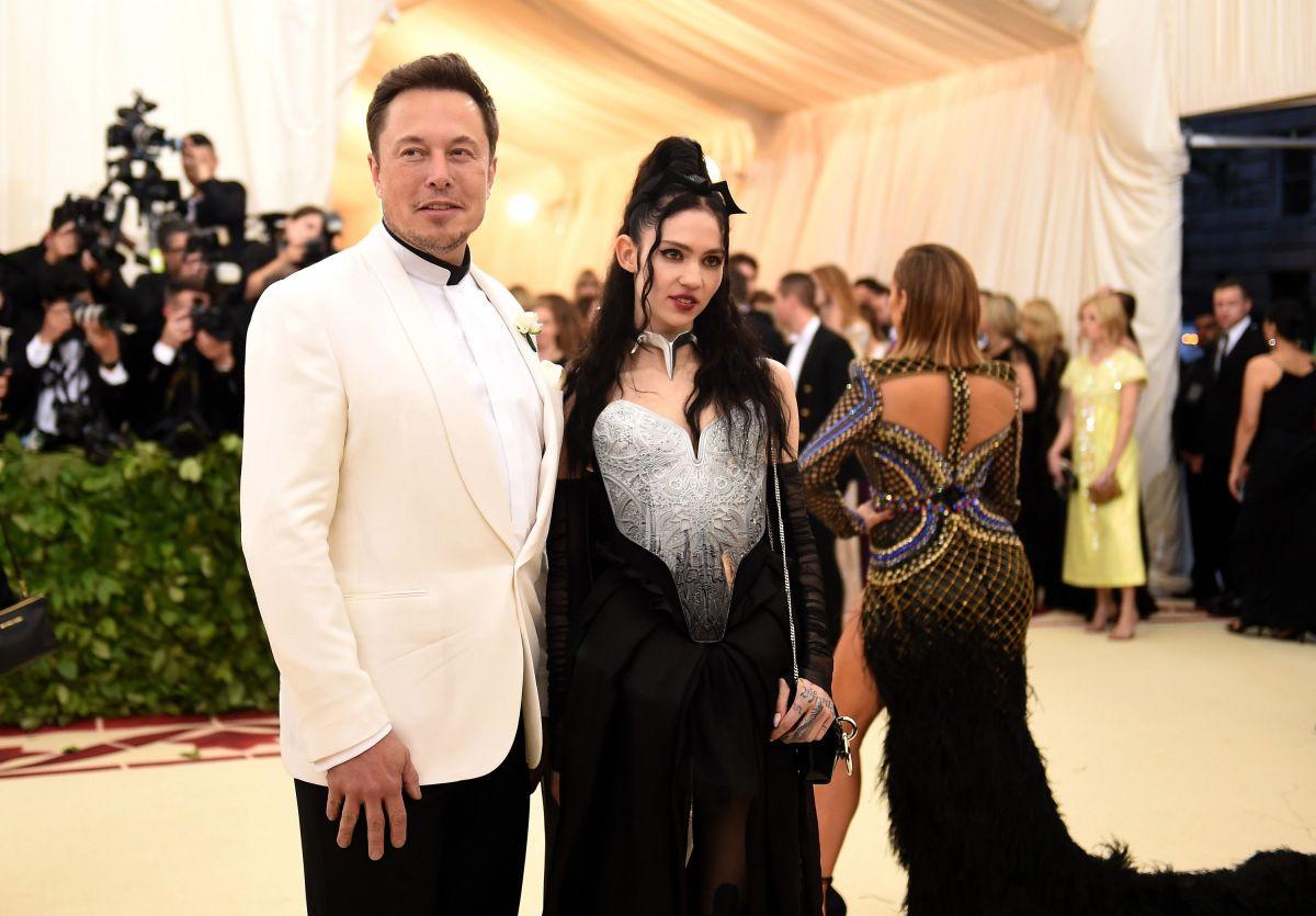 """La rara foto del hijo de Elon Musk y Grimes """"leyendo un libro"""" a los seis meses de nacido"""