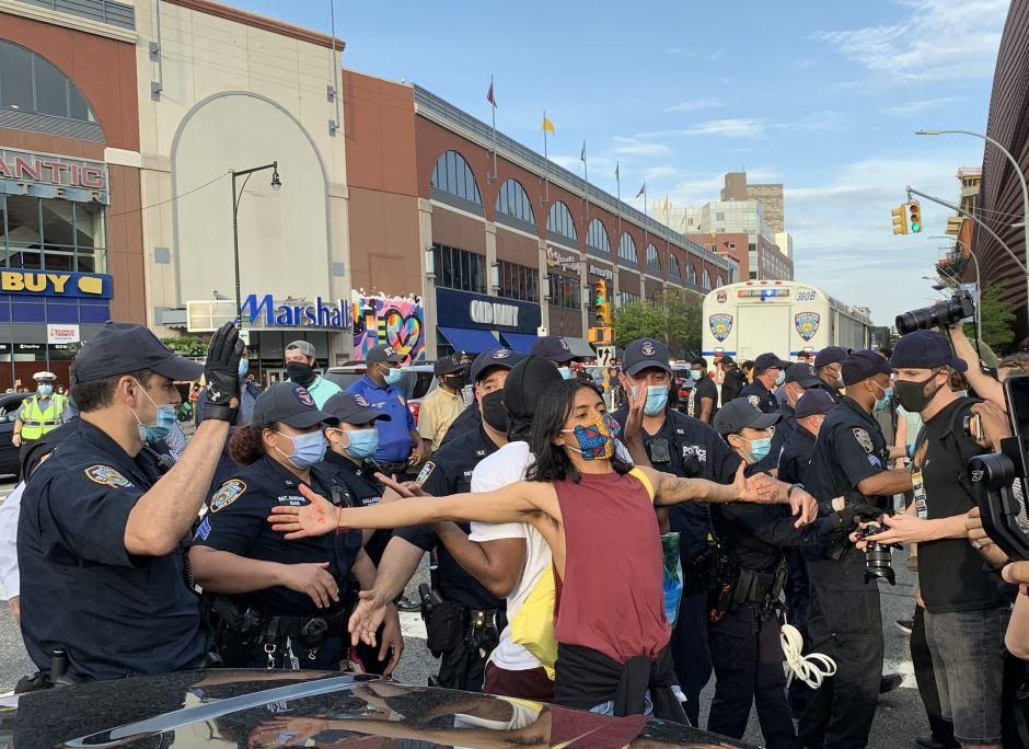 """Lanzan bomba a patrulla de NYPD; alcalde pide """"calma"""" mientras muerte de George Floyd aviva tensiones por la pandemia"""