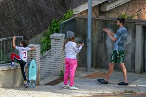A Shakira y a Piqué parece que nada les importa, hoy vuelan cometas con sus hijos y sin mascarillas