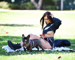 Paige Woolen demuestra que ningún brasier es capaz de contener sus curvas