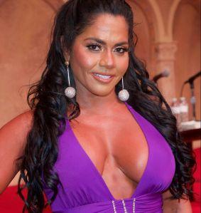 """Las """"boobies"""" de Maripily Rivera quedaron casi al descubierto desde su cama"""