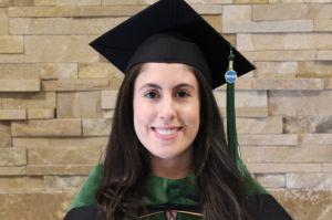 Hija de inmigrantes mexicanos se gradúa como médica por UCLA